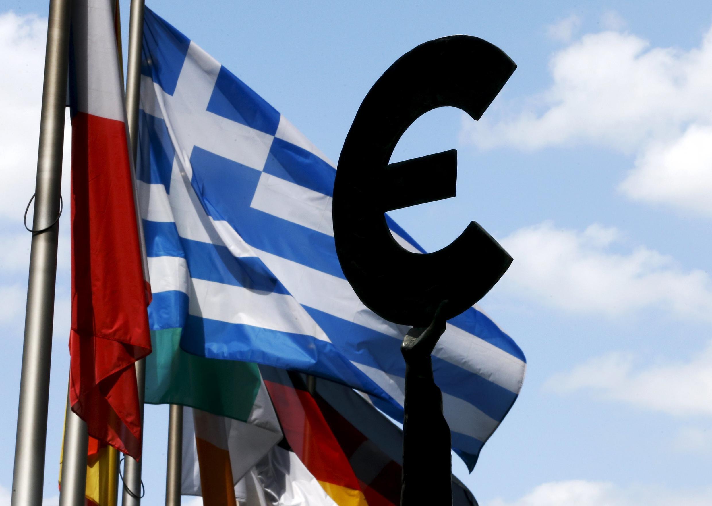 Bandeiras em frente ao Parlamento Europeu, onde acontecerá a cúpula dos líderes da zona do euro sobre a Grécia, em Bruxelas, Bélgica.