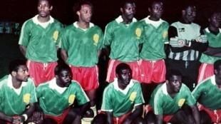 L'équipe nationale de football du Cameroun, en avril 1990, avec Benjamin Massing, troisième en partant de la gauche (debout).