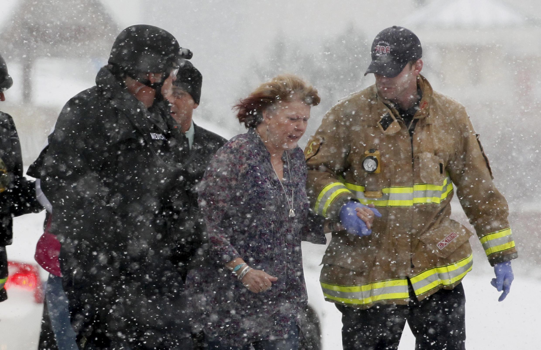 Một phụ nữ được đưa đi khỏi nơi xẩy ra cuộc nổ súng ở Colorado Springs. Ảnh ngày 27/11/2015