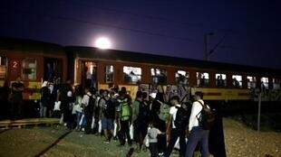 Kundi la wahamiaji wakiingia katika treni katika mji wa Gevgelija, Makedonia, Agosti 29, 2015 baada ya kuvuka mpaka wa Ugiriki.
