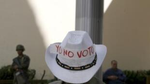 Devant le congrès de Tegucigalpa, un supporter de Manuel Zelaya appelle au boycott des élections.