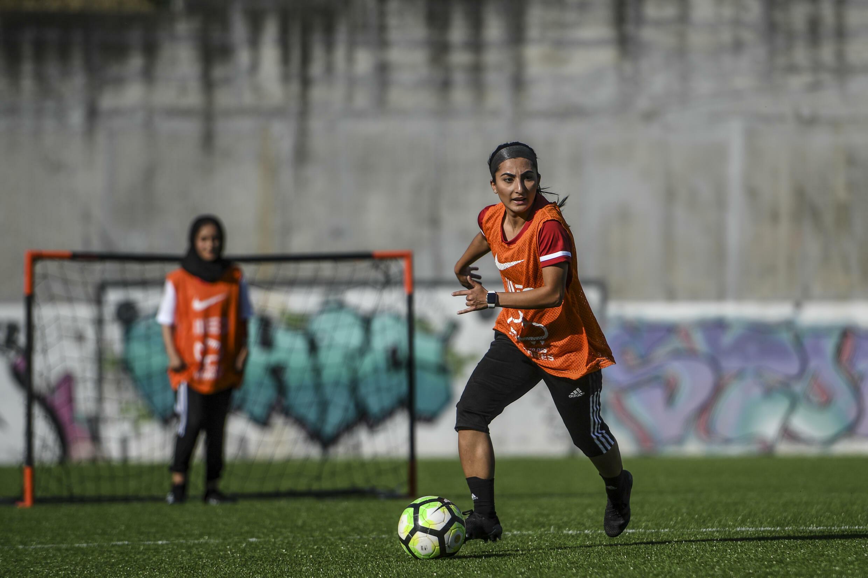 Des joueuses de l'équipe nationale féminine de football de l'Afghanistan, réfugiées au Portugal, reprennent l'entraînement après des mois d'arrêt forcé, le 30 octobre 2021 dans un stade de la banlieue de Lisbonne.