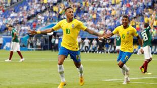 Neymar, no centro, abriu o marcador para o Brasil frente ao México.