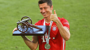 L'attaquant polonais du Bayern Munich, Robert Lewandowski, pose avec son trophée de meilleur buteur de la Bundesliga, le 27 juin 2020 après le match à Wolfsbourg