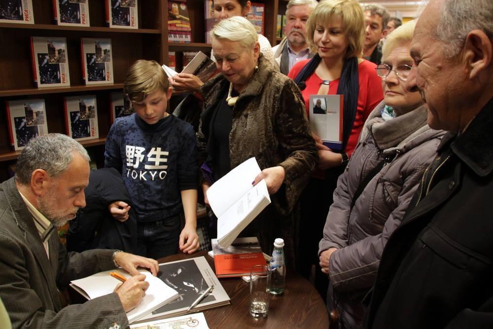Илья Дименштейн на встрече с читателями в книжном магазине Polaris. Из личного архива писателя.