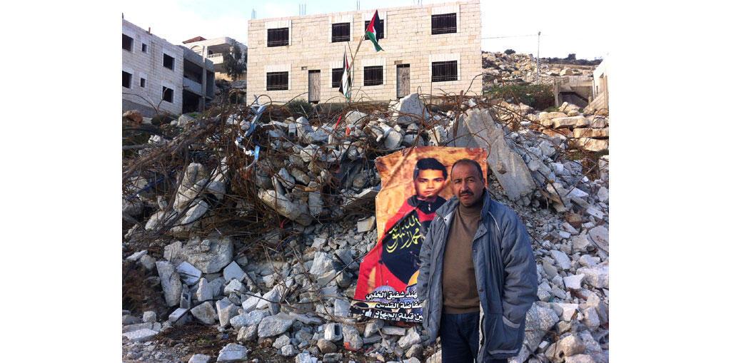 Un homme devant sa maison détruite par l'armée israélienne à Surda, en Cisjordanie. Début octobre 2015, son fils Muhannad a tué deux Israéliens dans une attaque au couteau avant d'être abattu.