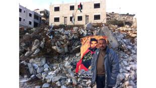 Shafiq Halabi devant sa maison détruite par l'armée israélienne à Surda (en Cisjordanie). Début octobre 2015, son fils Muhannad a tué deux Israéliens dans une attaque au couteau avant d'être abattu.