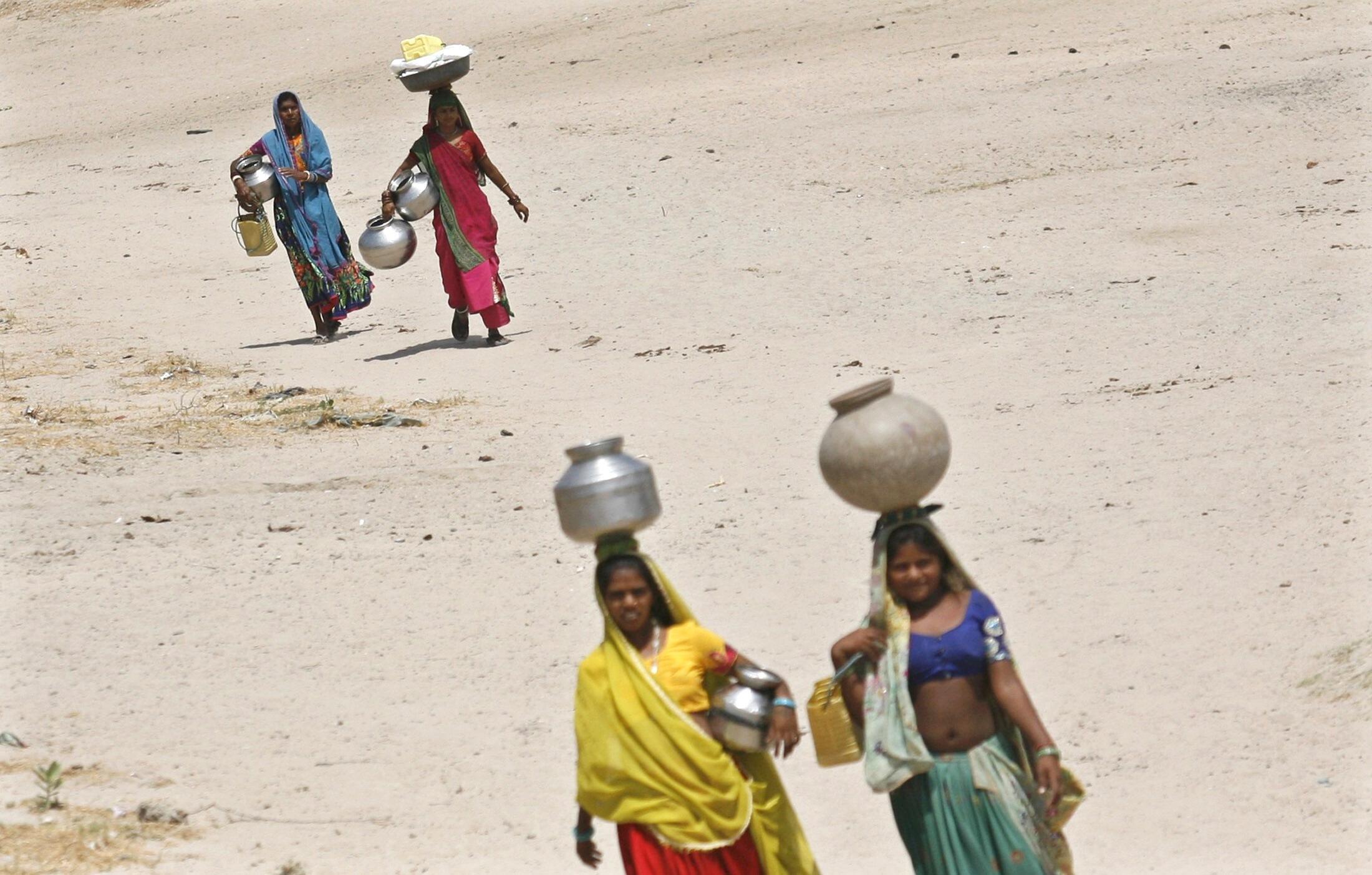 Женщины Гужарата (западная Индия), идущие за водой к колодцу