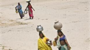 Women wearing a jar in India