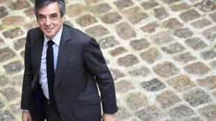 Кандидат в президенты Франсуа Олланд получил в подарок от своего друга-адвоката два костюма стоимостью 13 тысяч евро.