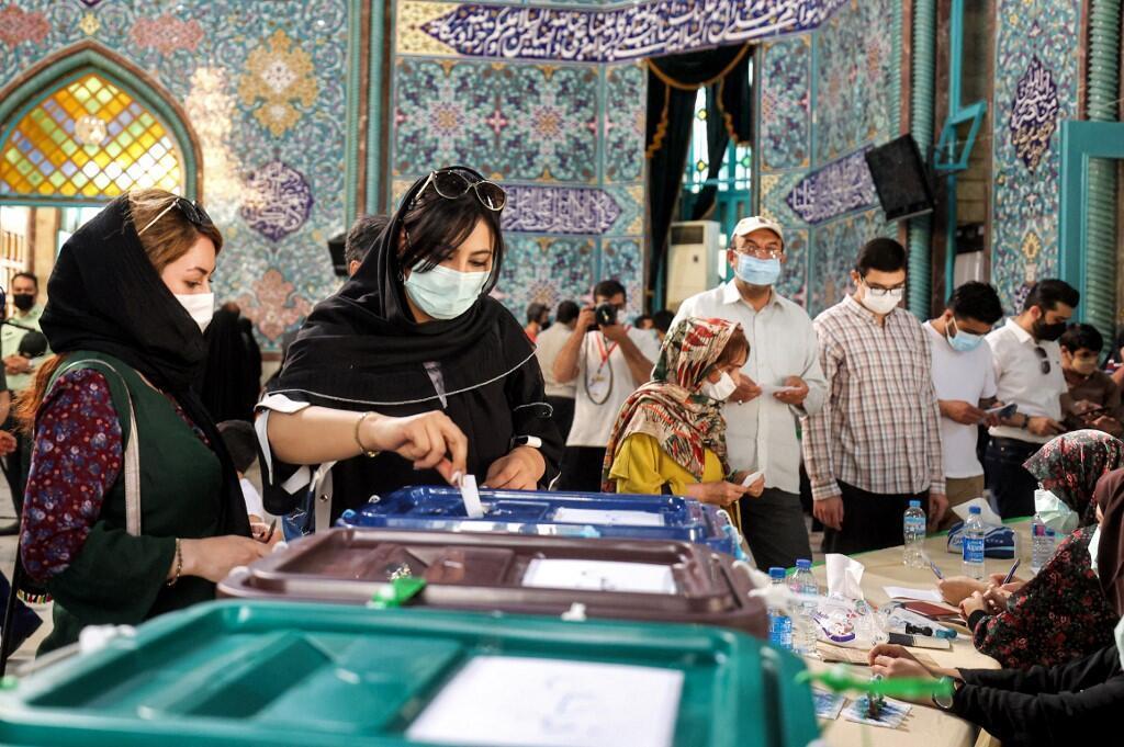 Ce 19 juin, les Iraniens attendent de connaître les résultats de l'élection présidentielle qui s'est tenue le vendredi 18 juin. Le grand favori est le candidat ultra-conservateur Ebrahim Raïssi qui pourrait avoir bénéficié d'un taux d'abstention record avoisinant les 60%.