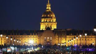 Une foule de curieux est venue profiter de la Nuit blanche aux Invalides, le 6 octobre 2018 à Paris.