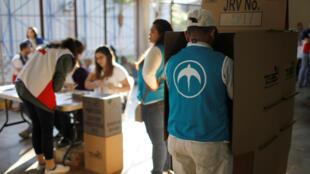 Un hombre del Movimiento Nuevas Ideas emite su voto durante las elecciones presidenciales en San Salvador, El Salvador, el 3 de febrero de 2019.