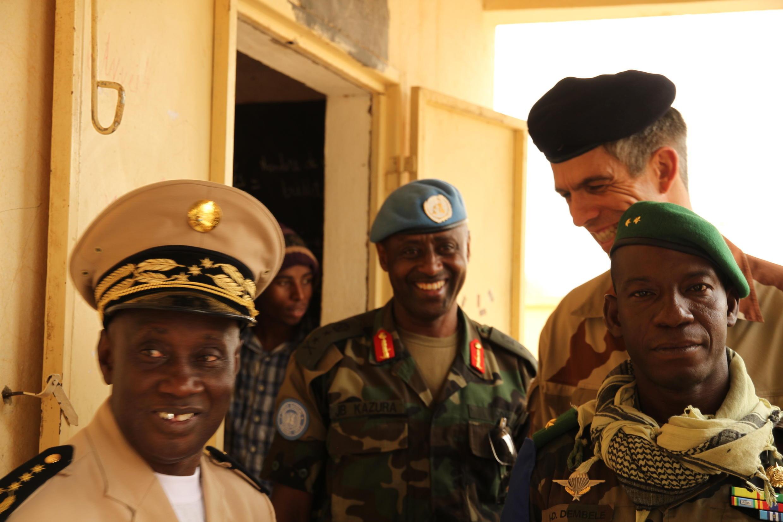 Les trois chefs d'état-major des forces au Mali, le général malien Ibrahima Dahirou Dembélé, le général rwandais Jean-Bosco Kazura, patron de la Minusma, et le général français De Saint-Quentin commandant de l'opération Serval à Kidal.
