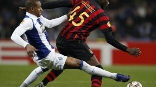 O jogador do Manchester City, Mario balotelli (à dir.) diz ter sido alvo de insultos racistas em Portugal.
