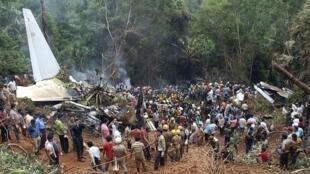 Les pompiers et la police indienne travaillent sans relâche depuis la nuit du drame.