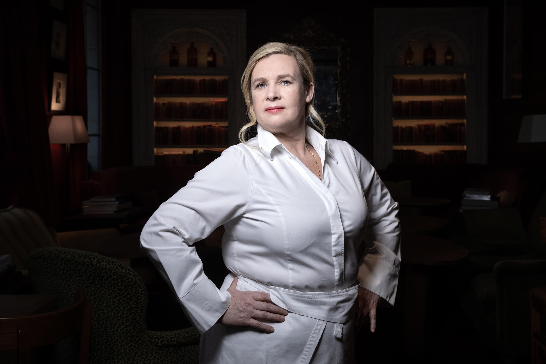 La chef francesa Hélène Darroze en su restaurante de París, Francia, el 11 de febrero de 2021