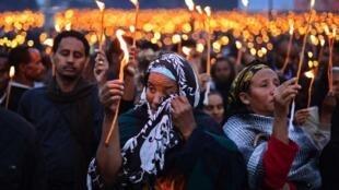 Des femmes, bougies à la main, pleurent leur Premier ministre disparu, lors d'une veillée, place Meskal à Addis-Abeba, le 31 août 2012.