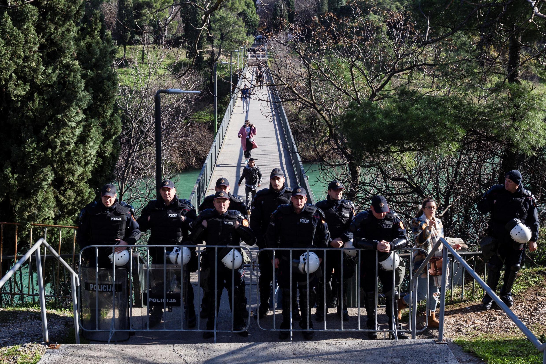 La police a bouclé le centre-ville avant le vote du projet de loi sur «les libertés religieuses et les droits légaux des organisations religieuses», près du parlement de Podgorica, au Monténégro, le 26 décembre 2019.