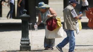 """Paris conta com uma rede de 108 fontes de água potável distribuídas nas ruas, praças, jardins e bosques. As """"Fontaines Wallace""""."""