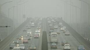 北京首發空氣污染紅色警報實施單雙號後車輛見少2015年12月8日北京。