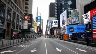 Wasu tsirarun mutane a yankin Times Square, dake birnin New York a Amurka, bayan bullar annobar cutar coronavirus a kasar. 19/3/2020.