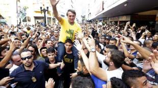 備受歡迎的博爾索納羅曾在拉票活動中遭遇歹徒襲擊