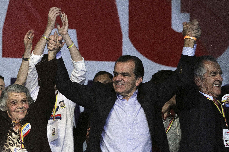 Oscar Zuluaga, vencedor do primeiro turno das eleições presidenciais colombianas, comemora em Bogotá neste domingo (25).