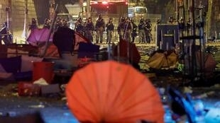 图为香港警方2019年11月19日夜晚在香港理工大前与抗议学生对峙