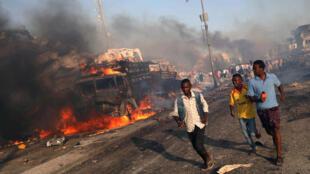 Un camion bourré d'explosifs a sauté près d'un carrefour très fréquenté de la capitale somalienne Mogadiscio, samedi 14 octobre 2017.