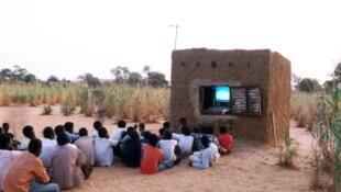 Dès 1984, la télévision nationale nigérienne utilisait l'énergie solaire pour produire de l'électricité dans les villages.