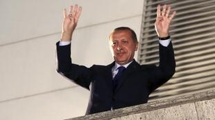 Премьер-министр Турции Реджеп Тайип Эрдоган привествует своих сторонников в Анкаре 31/03/2014