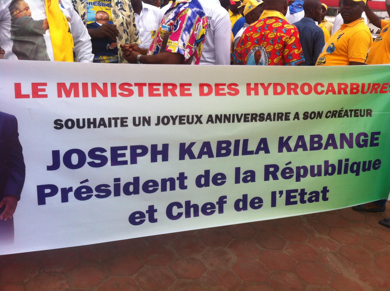 Une banderole du ministère des Hydrocarbures dans le défilé ce 4 juin.