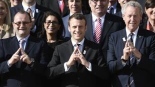 O Presidente Emmanuel Macron, ladeado por Patrick Baumann e Guy Drut, em sinal de apoio aos J.O. 2024  (16 de Maio de 2017 )
