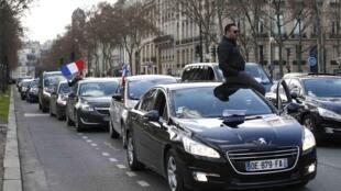 Choferes de autos de alquiler alternativos al taxi protestan en París, el 3 de febrero de 2016.