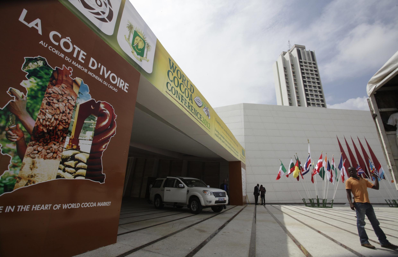 L'entrée de l'hôtel où se déroule la conférence mondiale du cacao, le 19 novembre 2012 à Abidjan.