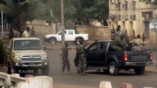 Des soldats maliens dans les rues de Bamako, le 21 mars 2012.