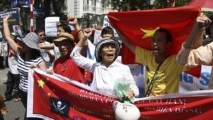 Des manifestants qui se dirigent vers l'ambassade de Chine à Hanoï, au Vietnam, le 22 juillet 2012. La Chine et le Vietnam se disputent les îles inhabitées de Paracels et Spratleys, riches en ressources naturelles.