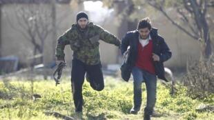 Soldados do Exército Livre Sírio lutam na fronteira norte de Aleppo nesta quarta-feira, nos arredores do aeroporto da capital econômica do país.
