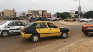 Dakar, rond-point de Yoff ce dimanche. Une Peugeot 205 transformée en taxi, voiture dont la production a cessé il y a plus de vingt ans.