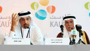 Khaled el Faleh (gauche)  remplace Ali al Naïmi au poste de ministre du  Pétrole, en Arabie Saoudite.