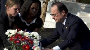 François Hollande s'est rendu sur la tombe de Léopold Sédar Senghor, au cimetière de Bel-Air à Dakar, le 29 novembre 2014.