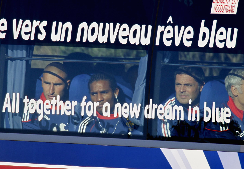 """Đội tuyển bóng đá Pháp trên xe buýt tại Nam Phi ngày 20/06/2010. """"Giấc mơ màu xanh"""" ghi trên xe đã biến thành ác mộng."""