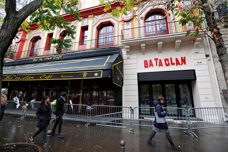 Turistas caminham em frente ao Bataclan, um ano após os atentados