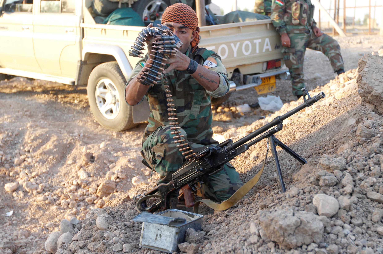 Un combattant peshmerga vérifie son armement, au nord de Kirkouk, le 19 octobre 2017.