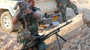Một chiến binh thuộc lực lượng peshmerga của người Kurdistan đang kiểm tra vũ khí ở một khu vực phía bắc thành phố Kirkouk (Irak), ngày 19/10/2017.