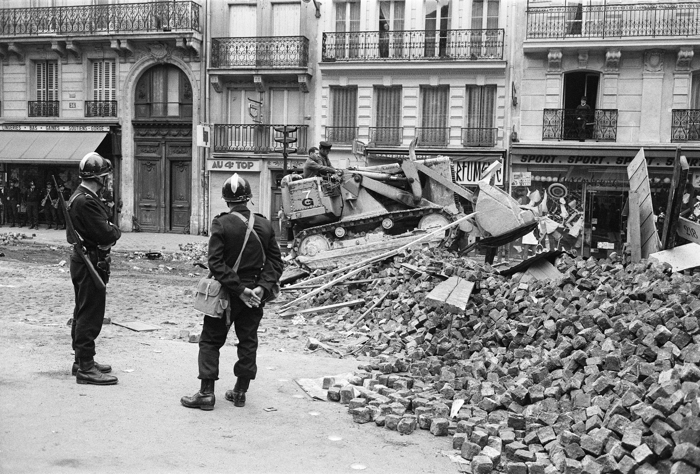 Déblayage des barricades de la rue Gay-Lussac, au Quartier latin, après la nuit d'émeutes et de violents affrontements avec les forces de l'ordre survenus pendant la nuit du 10 au 11 mai 1968.