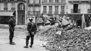 Despeje la las barricadas en la calle Gay-Lussac, en el Barrio Latino, tras los disturbios y enfrentamientos con la policía en la noche del 10 al 11 de mayo de 1968.