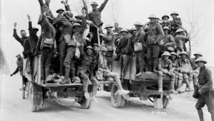 Des soldats canadiens montrent leur joie après qu'ils ont capturé le pont de Vimy (photo datée de mai 1917).