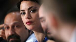 L'actrice Bérénice Bejo à la conférence de presse de ce 17 mai au Festival de Cannes. Elle incarne le personnage de Marie dans « Le Passé », réalisé par l'Iranien Asghar Farhadi (au fond de l'image).